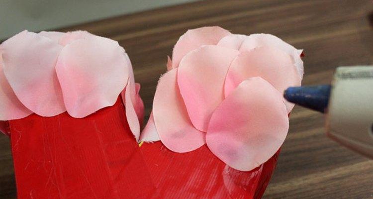 Comienza con los pétalos de rosa más claros en la parte superior.