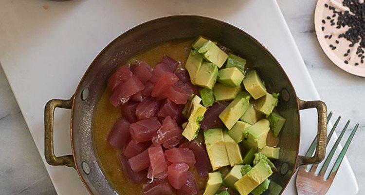 Una vez que tengas listo el atún y el aguacate, ya puedes preparar la tostada.