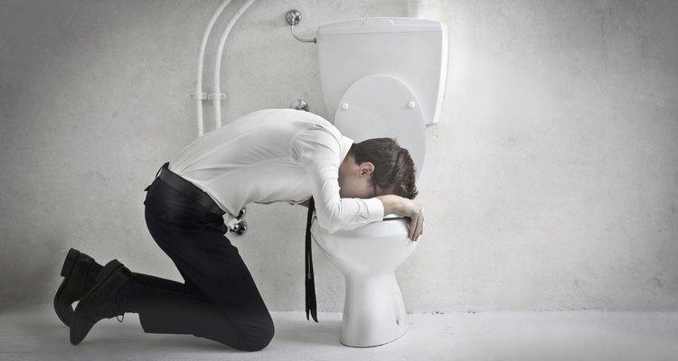 Depois de vomitar, evite tomar sucos cítricos e leite; em vez disso, aumente a ingestão de outros líquidos aos poucos