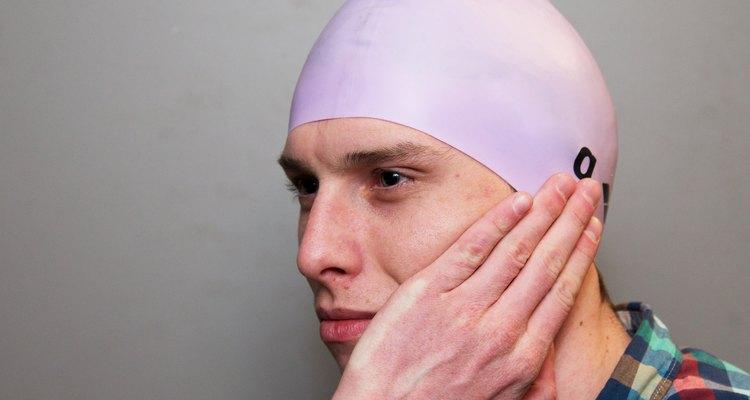 As toucas de natação ajudam a proteger o cabelo e, potencialmente, os ouvidos contra a água da piscina
