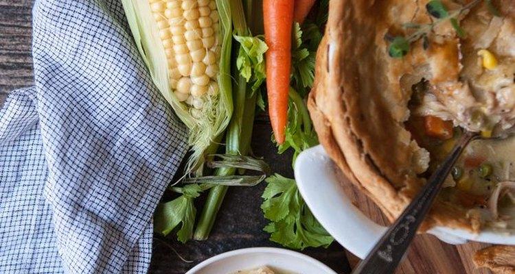 Sirve tu pastel de pollo casero mientras aún esté caliente.