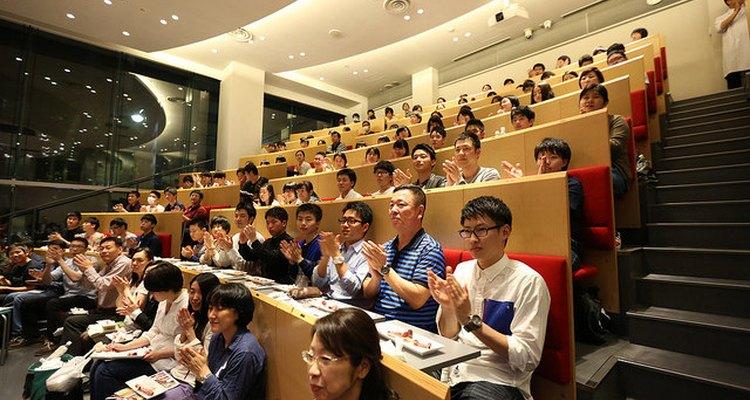 Estudiantes aplauden al final de una clase en la Escuela de Nutrición Hattori