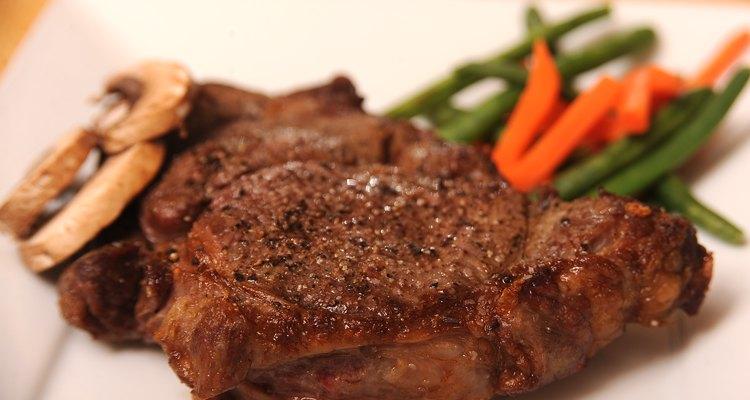 Combina los filetes Delmonico con papas, ensalada, verduras grilladas o frijoles para tener un plato terminado.