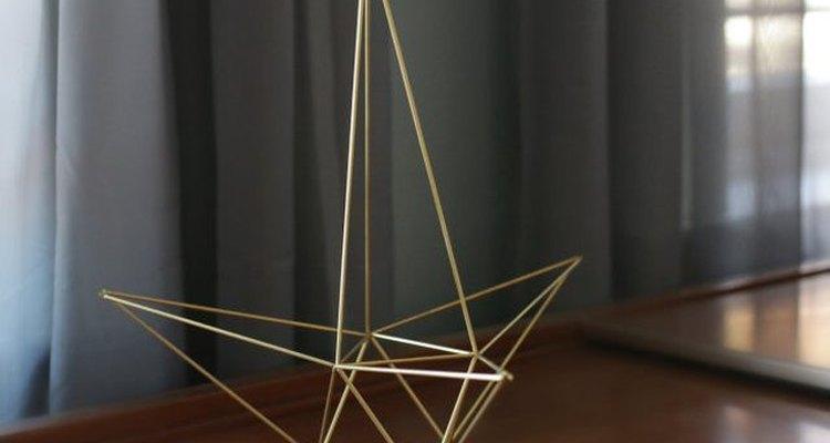 Exhibe la estrella como una escultura geométrica.