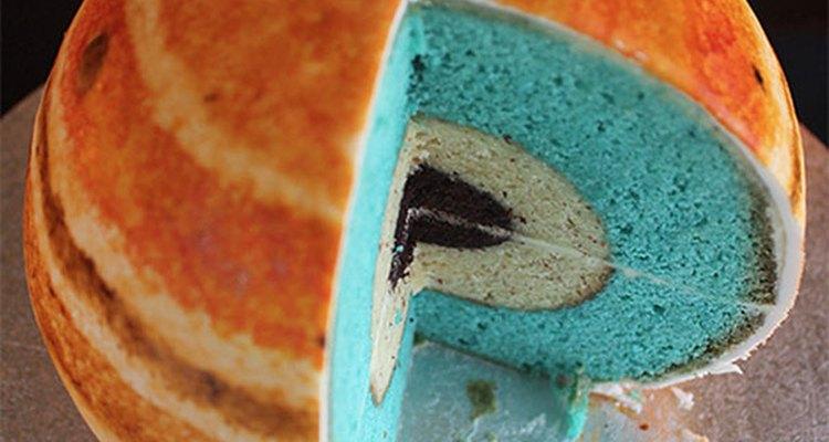 Este pastel con forma de planeta es delicioso y muy creativo.