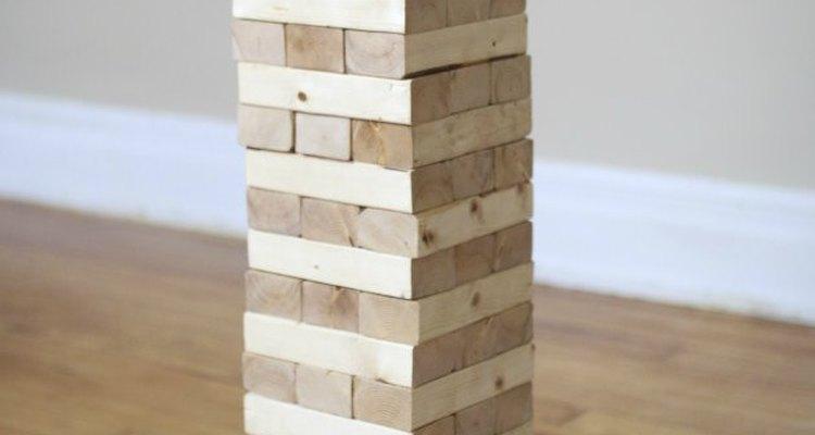Empilhe as peças do jogo alternando as direções