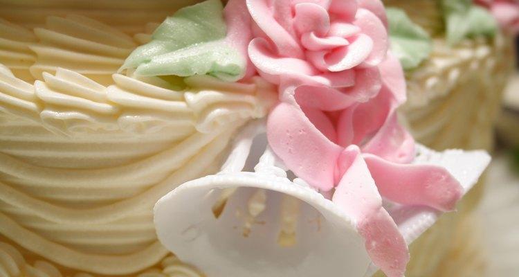Decora tus creaciones de pastel usando pegamento comestible.