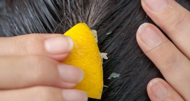 Aplicar jugo de limón natural directamente al cuero cabelludo fortalece las raíces del cabello.