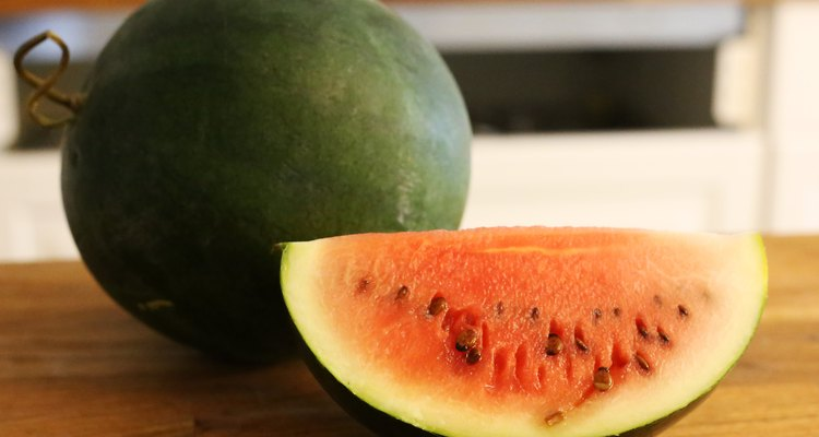 Uma melancia fresca tem um cheiro doce e exterior brilhante