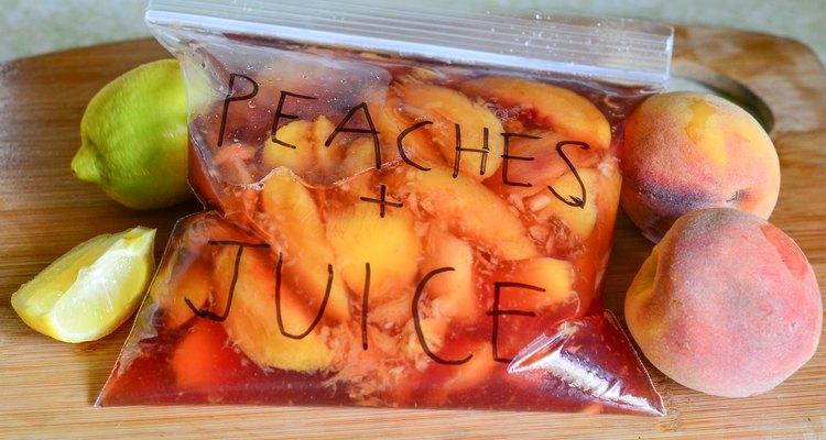 Como colocar os pêssegos no congelador