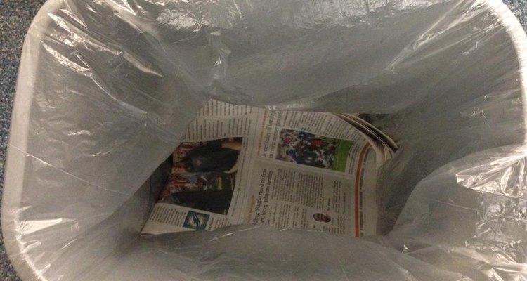 Imagen de una bolsa de basura con papel de diario en el fondo