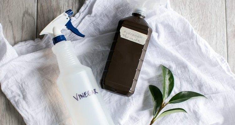 Coloca el peróxido de hidrógeno en una botella oscura.