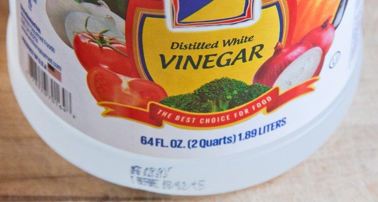 El vinagre es una sustancia barata que tiene propiedades solventes y antibacterianas.