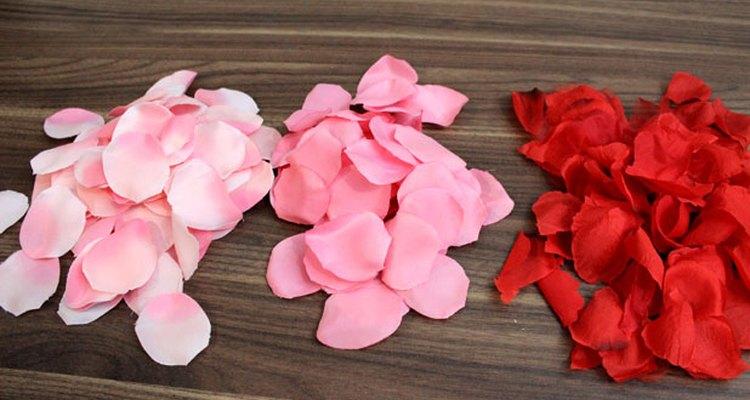 Usa pétalos de rosa de tres tonalidades para crear un efecto ombré.