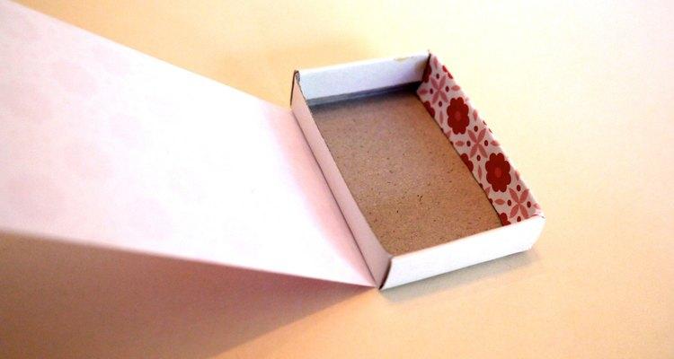 Pega el papel a la solapa interior y envuélvelo debajo del cajón.
