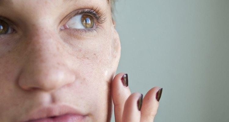 Aplica la prótesis de pómulos sobre tu rostro.