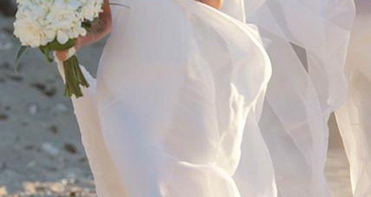 Megan Fox escogió un vestido con gran vuelo para su boda en la playa.
