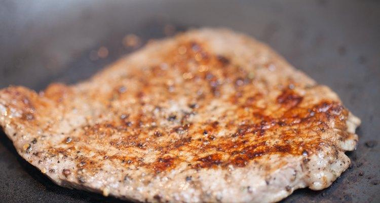 Um bife frito devidamente preparado é macio e suculento, sem ficar crocante ou gorduroso