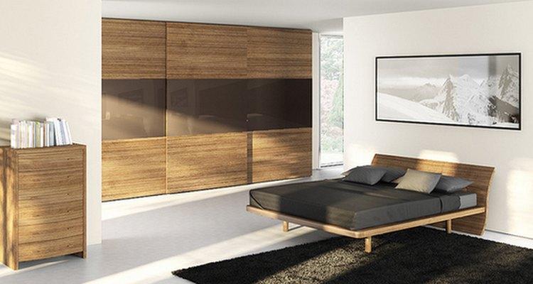 O ideal é combinar a madeira com tonalidades neutras nas paredes e cores escuras nos tecidos