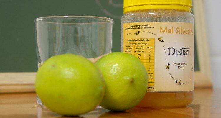 Limão, mel e um pouco de água quente: uma solução caseira que pode aliviar a tosse