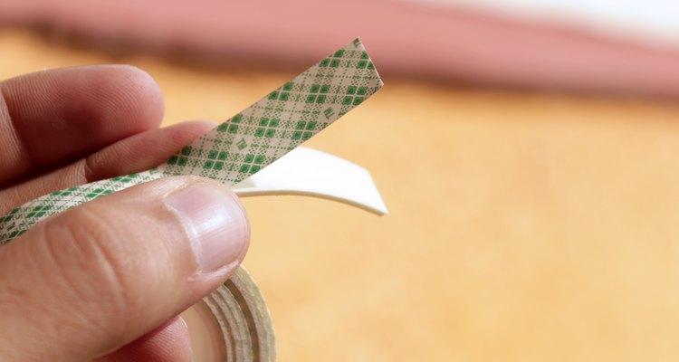 Cubre las zonas afectadas con cinta adhesiva doble faz.
