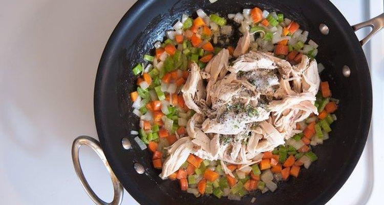 Añade el pollo a la sartén.