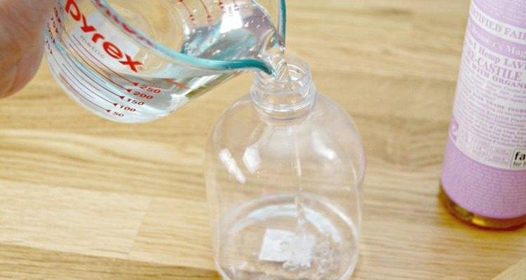 Añade el agua destilada a tu solución.