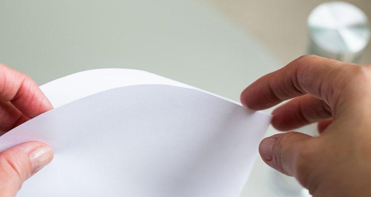 Forma un cono de papel para el cuerpo.