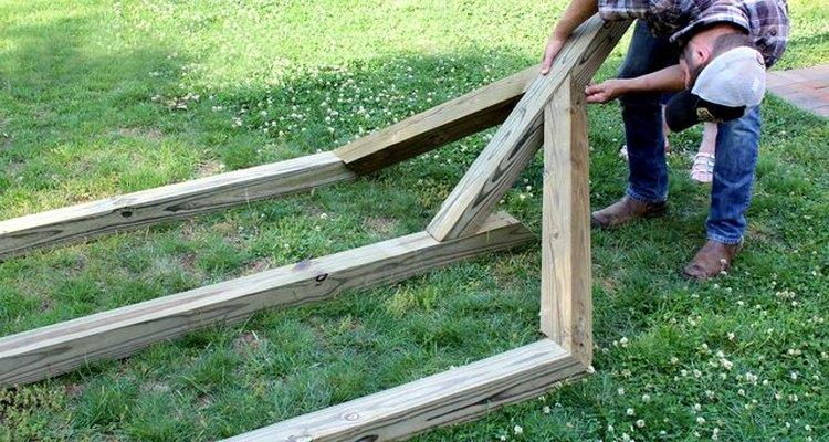 Ajusta un poste de 6 pies (1,8) en medio de los dos más pequeños.