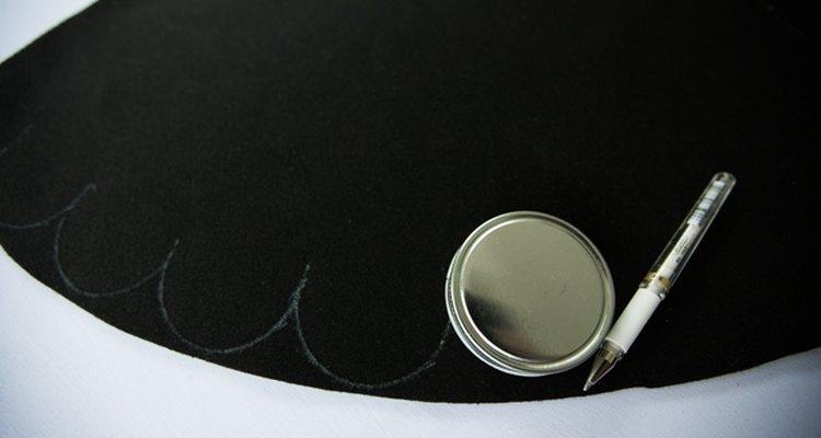 Traza el contorno de una tapa para darle a la falda un borde festoneado decorativo.