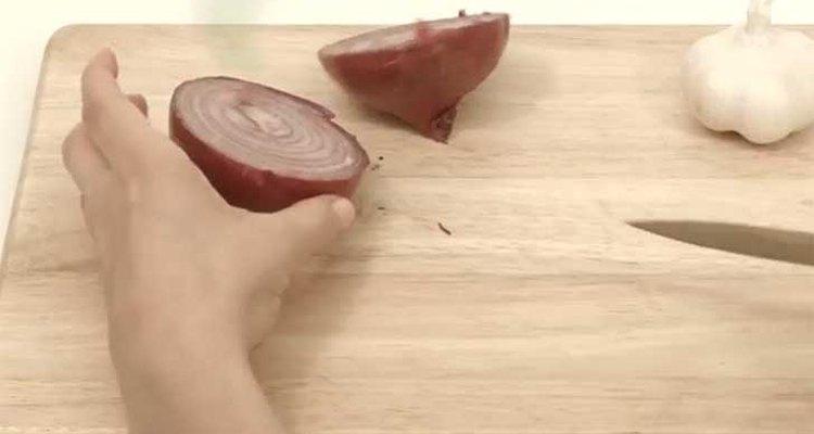 Ponte pasta de dientes en las manos antes de cortar una cebolla