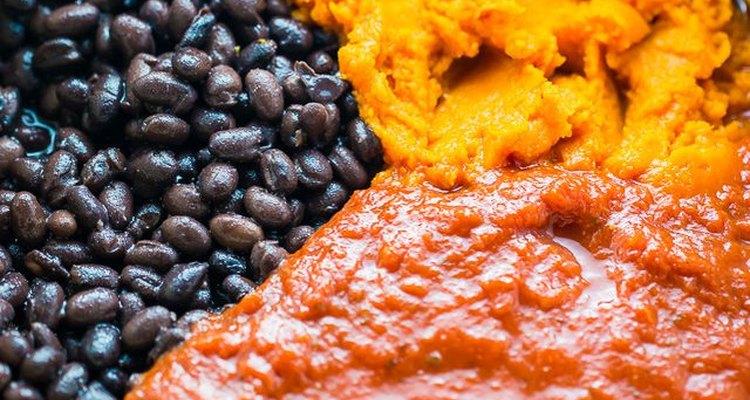 Añade los tomates, el puré de calabazas y los frijoles a tu chile.