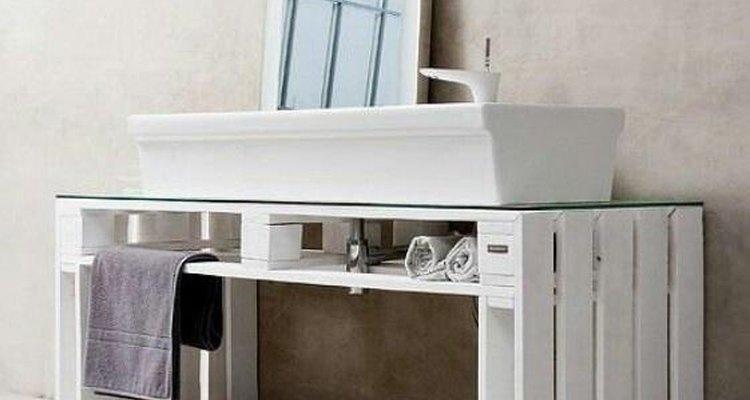 Imagen de un mueble para baño realizado con pallets reciclados