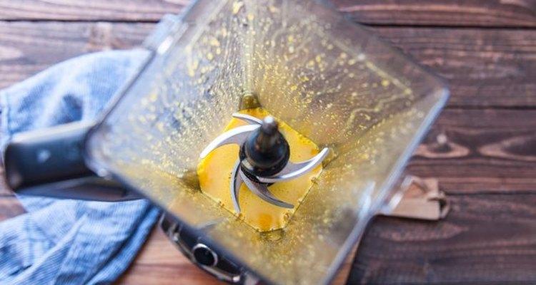 Mezcla los primeros ingredientes de la salsa holandesa.