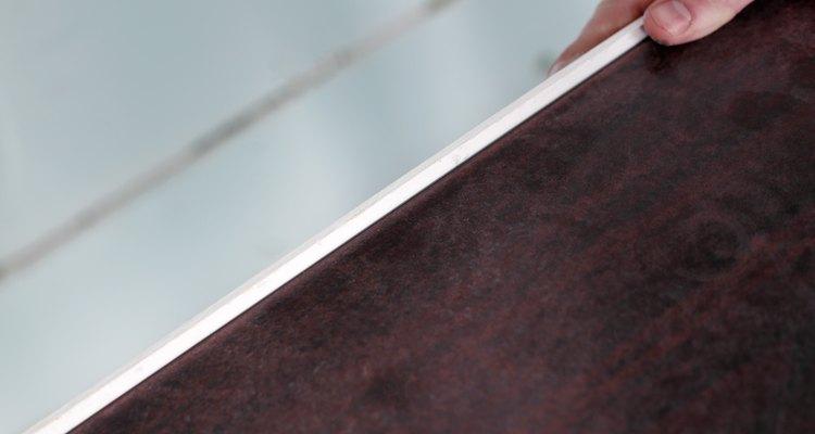 Use uma mesa que possua relevo ao redor das bordas