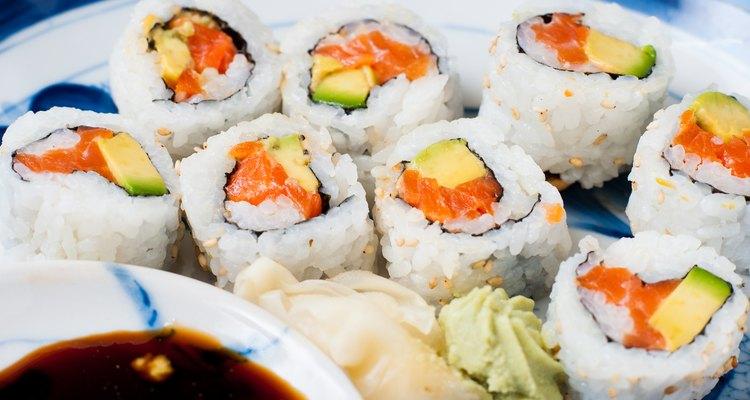 El salmón ahumado tiene una textura curada y puede comerse en los rollos de sushi, descascarillado o cortado en pequeñas piezas.