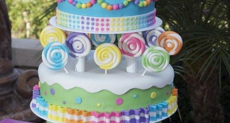 Esta torta de dulces puede ser el centro de atracción en un cumpleaños infantil.