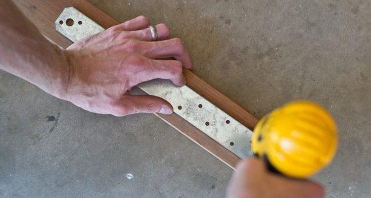 Perfora dos agujeros en los conectores de acero.