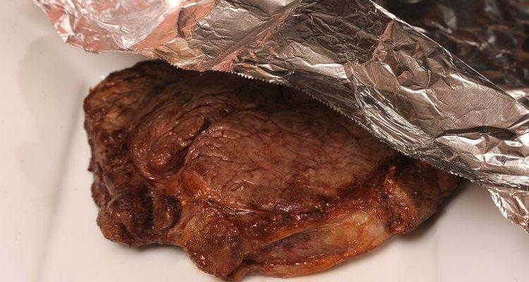 Deja reposar el filete por 5 minutos con papel aluminio.
