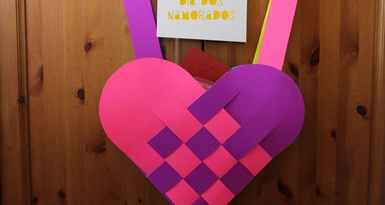 Junte cartões de admiradores com esta bolsa trançada de Dia dos Namorados
