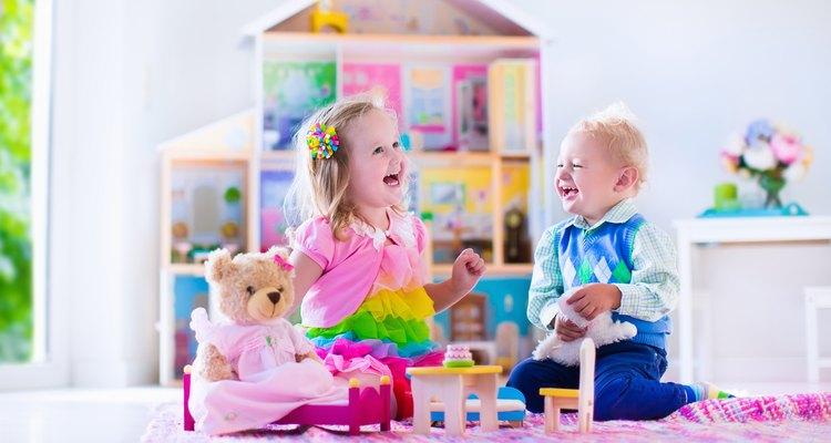"""Mesmo brincando com """"brinquedos do outro sexo"""", as crianças se colocam no gênero a que pertencem"""