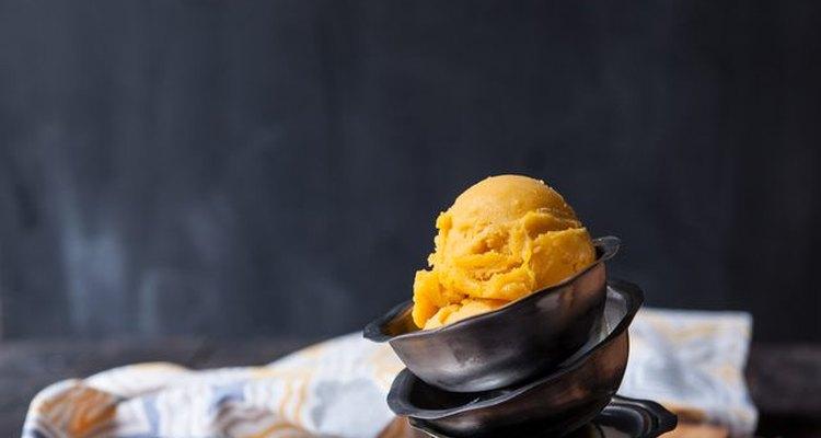 Sirve y disfruta tu helado de mango.