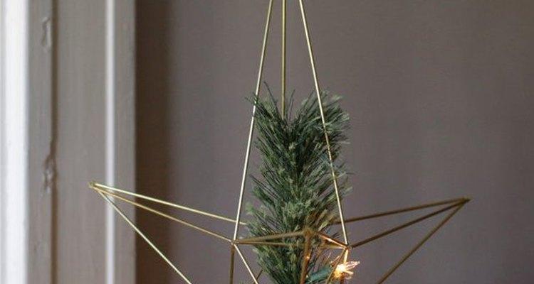 Coloca la estrella de Navidad en el árbol.
