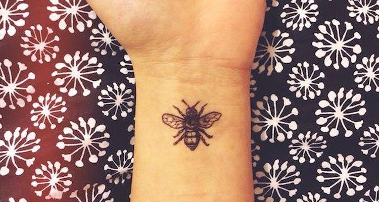 El tatuaje de una abeja representa el trabajo y la dedicación.