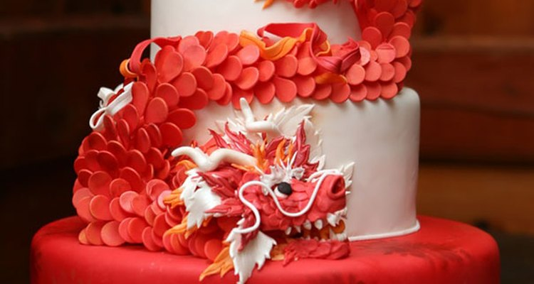 Este pastel de bodas es el complemento ideal para una recepción decorada en blanco y rojo.
