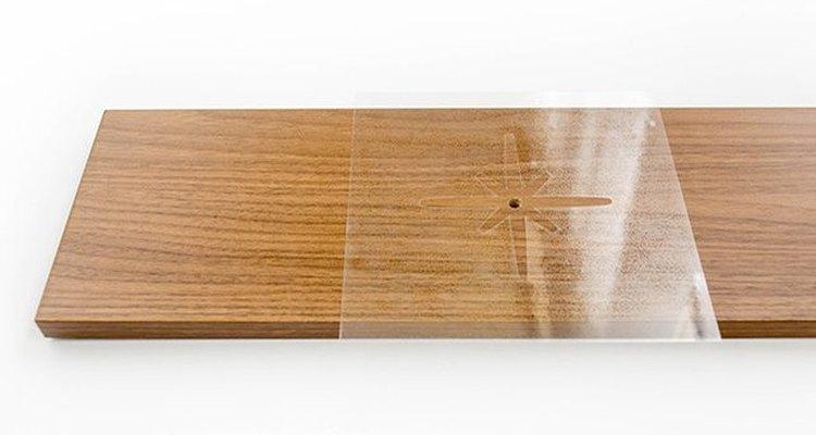 Coloca la plantilla sobre la parte frontal del cajón.