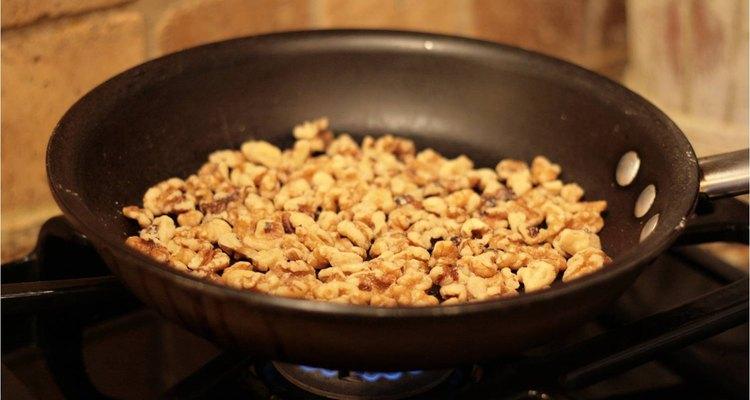 Las nueces tostadas son nutritivas y muy ricas.