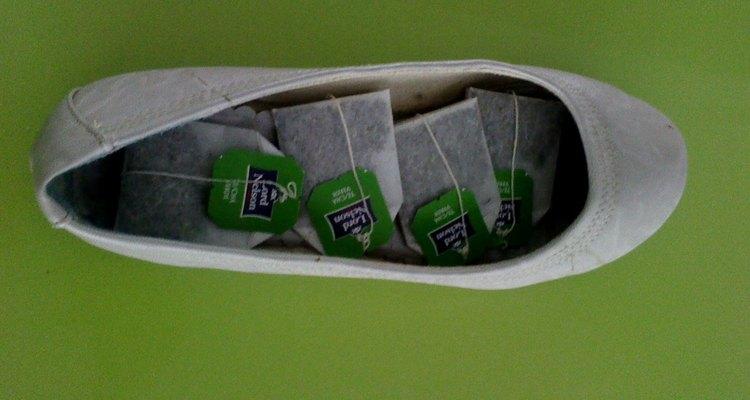 Puedes utilizar bolsitas de té para desodorizar tus zapatos.