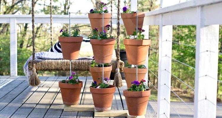 Un jardín vertical es una opción ideal para exhibir tus flores favoritas