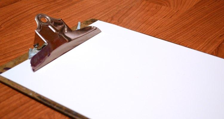 Usa un portapapeles para sostener el papel.